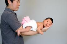 平田栞菜ちゃん、パパの腕、カラー