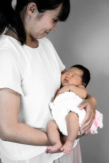 平田栞菜ちゃん、ママに抱かれて。