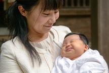 平田栞菜ちゃん、ママに抱かれてニヤリ。
