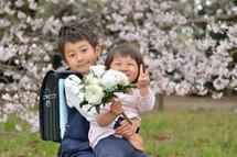 川俣兄妹ブーケを抱え桜の前