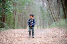 誠悟くん、智光山公園、長い落ち葉道を歩く