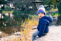 優吾君、日比谷公園池に向かって座す。横位置