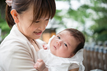 加茂さんママ、蒼惟くんを抱っこ、のぞき込む