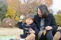 石井凜太郎くんママと芝生で座る。横