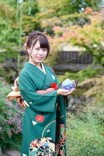 浅井那月さん成人、紅葉を背景。縦位置