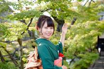 浅井那月さん成人もみじの葉と。横位置