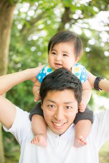 深田さん妹さんはるき君公園でパパに肩車