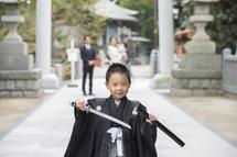 津野ゆうきくん、刀を持って参道を歩く
