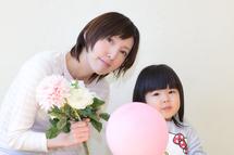 すみれちゃんとママ、お花と風船